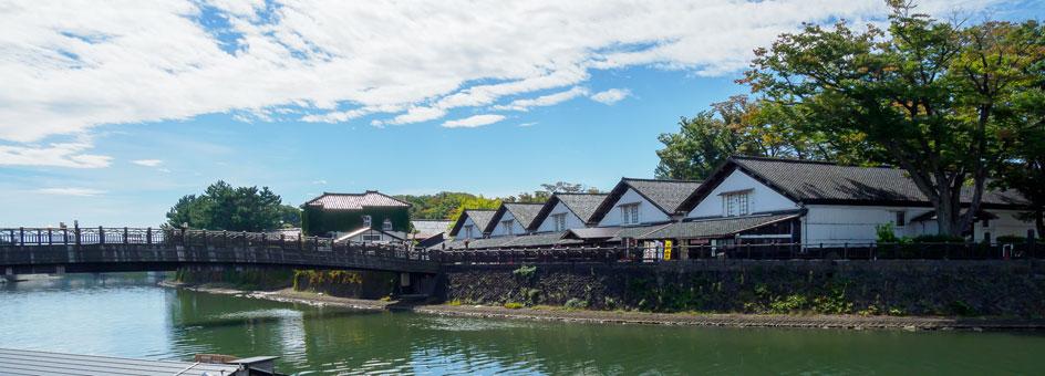 山居倉庫と新井田川